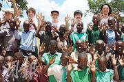 細So(後排右起)與RubberBand的泥鯭、6號、阿偉及阿正透過「饑饉之旅」到訪津巴布韋,探訪了當地小學,與學生唱歌和跳舞。