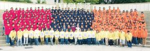 校記抖擻精神,穿上紅橙藍營衣,200多人連同講座嘉賓在中大新亞書院來一張大合照。