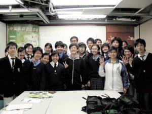 校記訪問完畢後,與莊陳友拍攝大合照,大家齊舉勝利手勢,燦爛笑臉與莊陳友的樂觀希望正好完美配合。