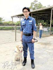 一級農林督察蔡嘉輝與偵緝犬Max已經一起工作了兩年。(校記林希昕攝)