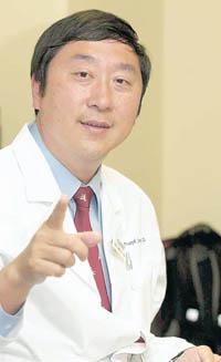 對於被譽為「亞洲英雄」,沈醫生謙虛地說只是盡了自己的職責。