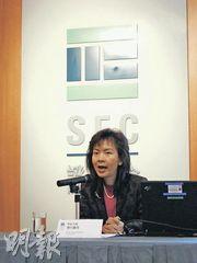 證監會對外事務科總監黎何蘊瑩手舉宣傳單張,勸諭市民明智投資,學「問」為先。
