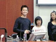 鄧偉健(左)「百寶袋」內有相機、長短鏡頭、小型掌上電腦、閃光燈、護照等。有校記笑指鄧偉健可以隨時潛逃。