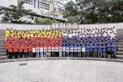 迎新營首天,200多名校記穿上紅、黃、藍及白色的風褸,在香港中文大學新亞書院的圓形廣場外拍下大合照。適逢《明報》校園記者計劃踏入第10年,一眾校記齊齊做出「十」字手勢,形成這有趣場面。