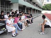 坐在看台上的校記不是看足球,而是爭相向馮嘉奇訪問他的足球點滴。