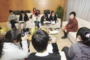 林鄭月娥與校記分享擔任發展局長的苦與樂。