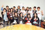 RubberBand成員阿偉(後排右一)、泥鯭(後排右三起)、阿正、6號及DJ細So與校記分享「饑饉之旅」體會。