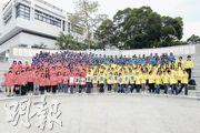 「Yeah!」第14屆校記穿上不同顏色的熒光外套,格外醒目,興奮迎接一天的活動。(何家達、梁冠華、陳淑欣攝)