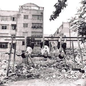 麥兆豐在青川拍攝的其中一幀照片顯示,幾個孩子在地震過後的頹坦敗瓦之上如常玩樂,看來好像「不太慘」,但他坦言不能在這種環境下生活。(麥兆豐提供)
