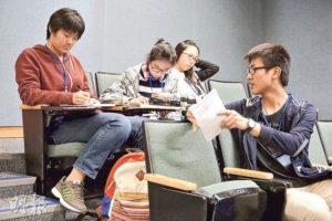 校記分工合作蒐集資料,討論專題採訪和匯報的方向。