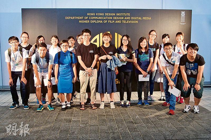 校記於香港知專設計學院電影及電視高級文憑課程畢業作品展「《All IN! - THE FILM SHOW 2015》Star Night星級放映晚會」,訪問其中兩名畢業生導演莫進輝(前排左四)和盧嘉誼(前排左五)。