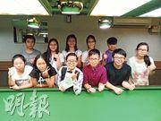 桌球冠軍吳安儀(前排左三)摘下「比賽專用」眼鏡,換上另一副眼鏡,與一眾校記大合照。