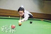 吳安儀示範打桌球的正確姿勢,她打桌球時會換上另一副鏡臂較緊的眼鏡,以免眼鏡下滑阻擋視野。