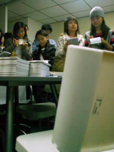 圓桌「不起角」,這正是Roundtable 圖案的設計及希望與參加討論人士暢所欲言的經營理念。