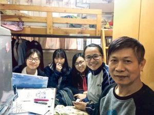 校記探訪深水埗的劏房戶,源哥(右一)的住所不足20平方米,沒通風系統,僅有的窗又對着屏風樓,源哥稱自己患有氣管炎5年多,確會受現時居住環境影響。