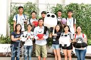 小克(前排左三)分享對漫畫、填詞和在香港從事藝術創作的心得,勉勵校記走自己的路,認為每人都有不同的特長,無論作品以何種形式表達,最重要是作品的核心意念。