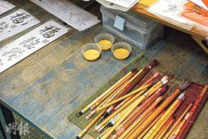 黃誠業準備了揮春範本,以及用廣告彩加水調開的金色顏料給校記寫揮春,迎接猴年!