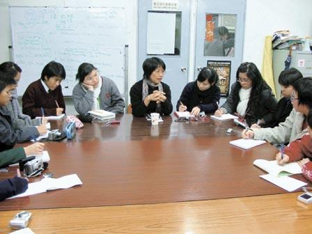 非政府組織大都資源缺乏,訪問在職工盟辦事處內一個狹小的會議室進行,鄧燕娥(中)說︰「不要看這裏好像很細小,我們的記者會都是在這房間舉行。